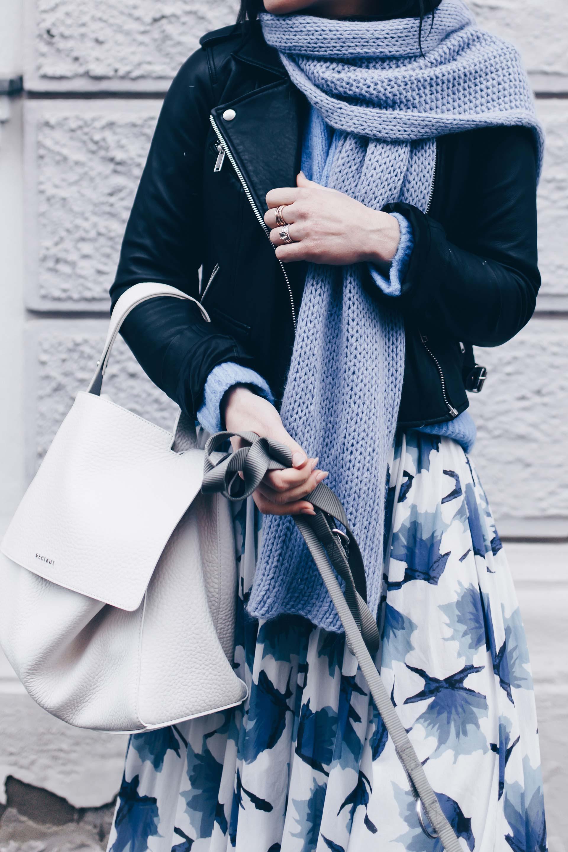Frühlingsoutfit mit Rock, Lederjacke und Statement Sneakers von Chloe, Orciani Tasche, Chloe Sneakers, Streetstyle, Lederjacke kombinieren, Fashion Blog, Modeblog, www.whoismocca.com