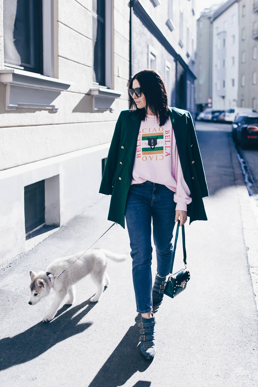 Mom Jeans Outfit, Mom Jeans im Frühling kombinieren, Chloe Susanna Boots in Denim, Gürteltasche mit Nieten, Statement Sweater, Gucci Look Alike Sweater, Vintage Escada Blazer, Streetstyle, Frühlingsoutfit, Modeblog, www.whoismocca.com