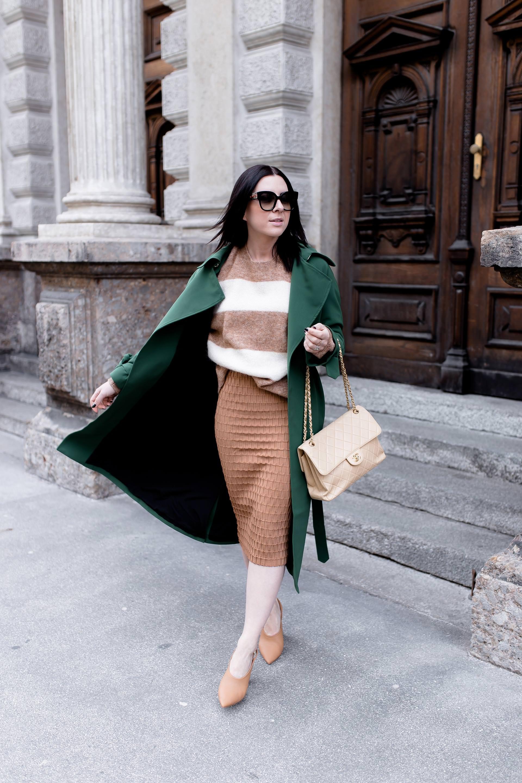 Business Casual Büro Outfit, Bleistiftrock mit hoher Taille und Pullover kombinieren, Styling und Mode Tipps für den Bleistiftrock, Streetstyle, grüner Trenchcoat, Chanel Bag, Modeblogger, www.whoismocca.com