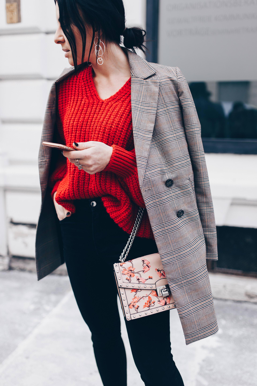 Casual Chic Outfit mit Strickpullover und Karo Blazer, Glencheck Blazer kombinieren, Frühlingsoutfit mit Skinny Jeans und Pullover, Modetrends 2018, Fashion Blogger, Streetstyle, www.whoismocca.com