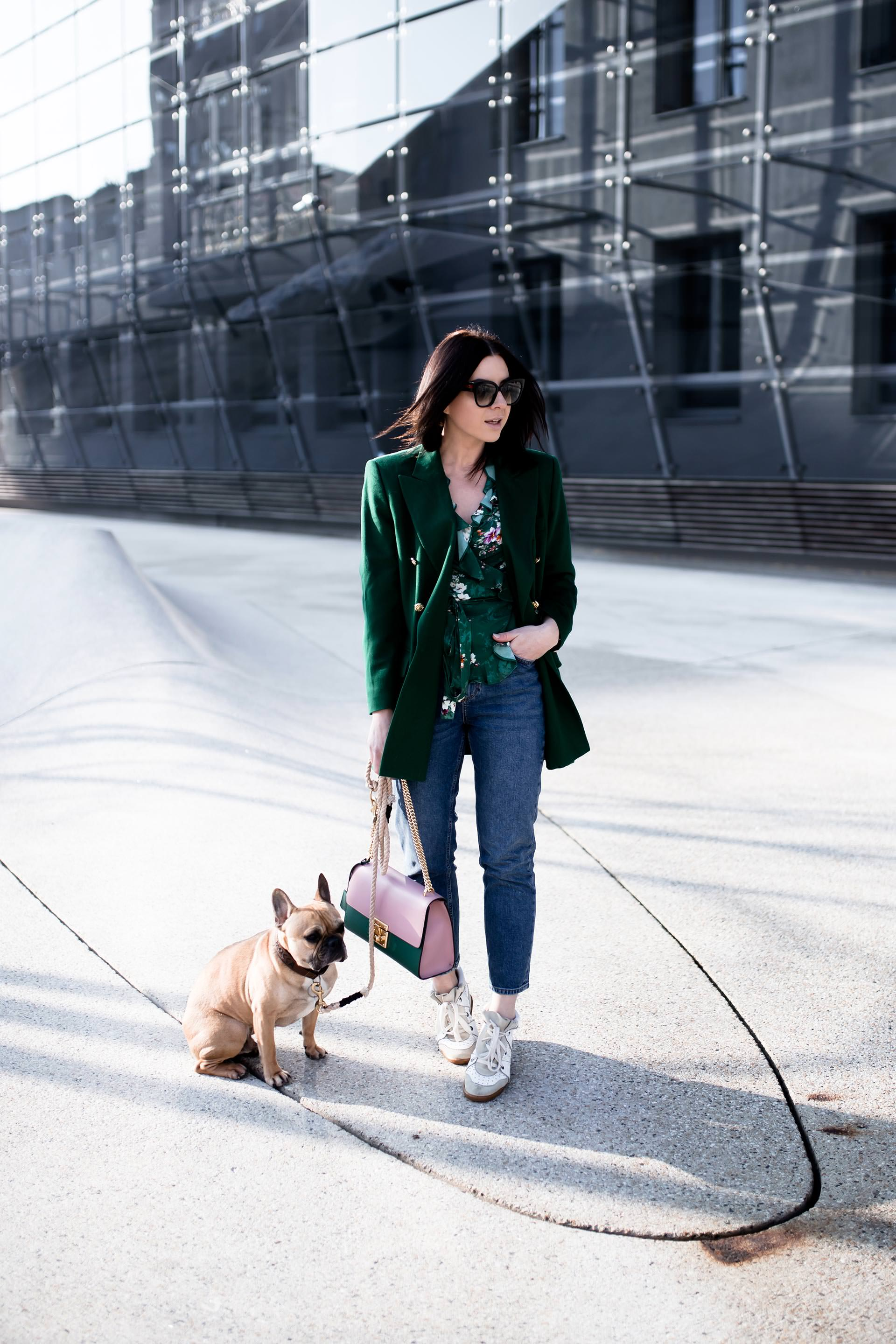 Mom Jeans Outfit kombinieren, Mom Jeans Style Guide, Outfit Ideen mit Mom jeans, grüner Escada Vintage Blazer, Isabel Marant Bobby Sneakers kombinieren, Gucci Padlock Tasche in Grün und Rosa, Streetstyle einer Fashionbloggerin, Casual Chic Basics, www.whoismocca.com