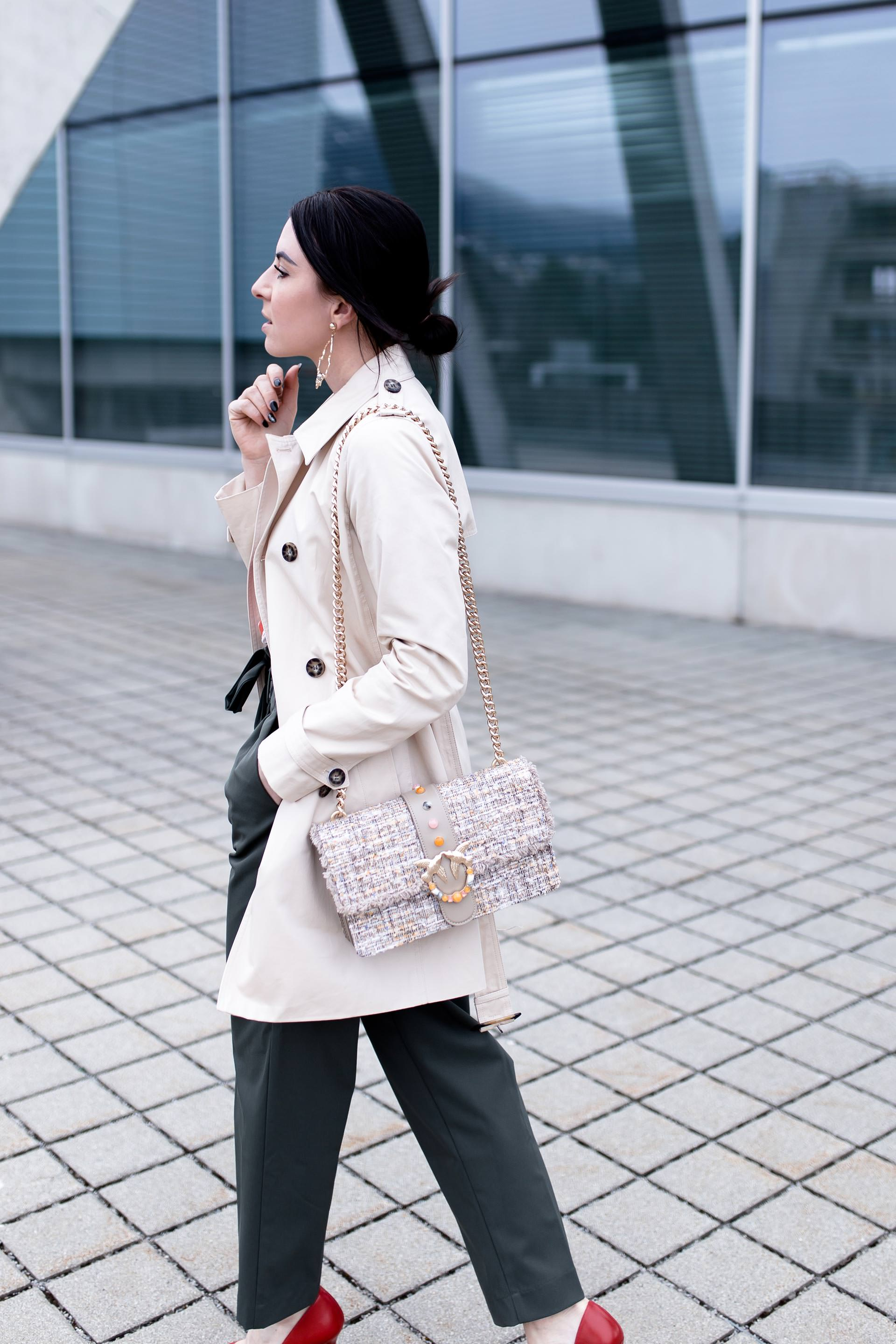Paperbag Hose kombinieren, Trenchcoat kombinieren, Frühlingsoutfit mit Paperbag Hose, Alltagsoutfit mit Pumps, Boucle Tweed Bag, Streetstyle, Fashion Blogger, www.whoismocca.com