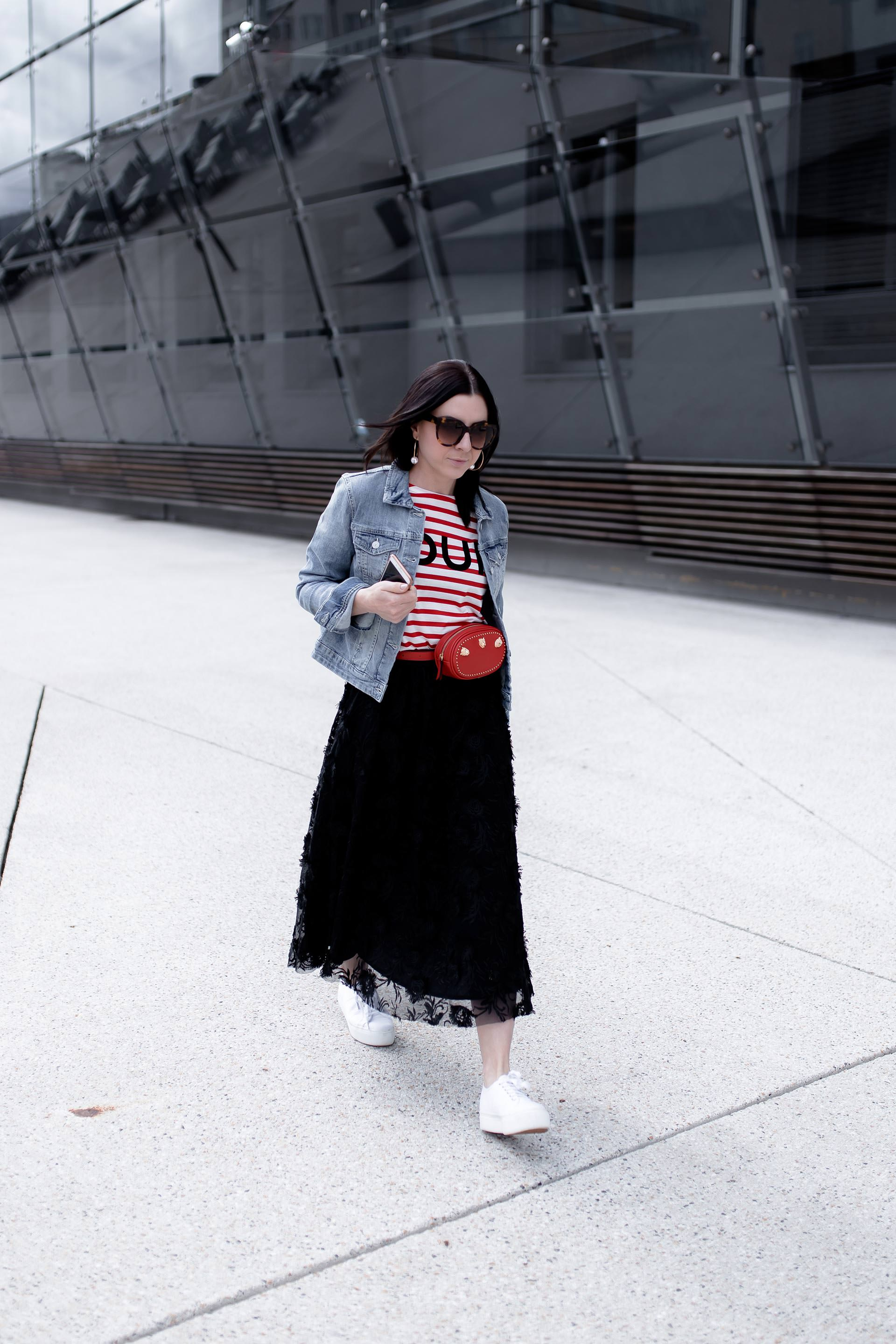 Frühlingsoutfit mit schwarzem Midirock, Plateau Sneakers von Superga, cropped Jeansjacke, Streifenshirt und stylischer Belt Bag in Rot, Fashion Blogger, Modetrends, Casual Streetstyle, www.whoismocca.com