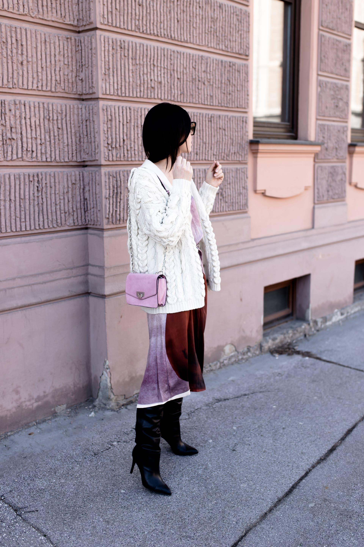 Slip Dress Outfit, Slip Dress kombinieren, welche Schuhe zum Kleid, Kleid und Stiefel kombinieren, Frühlingsoutfit mit Kleid und Overknees, Layering, rosa Tasche kombinieren, Oversize Strickcardigan stylen, Modebloggerin, www.whoismocca.com