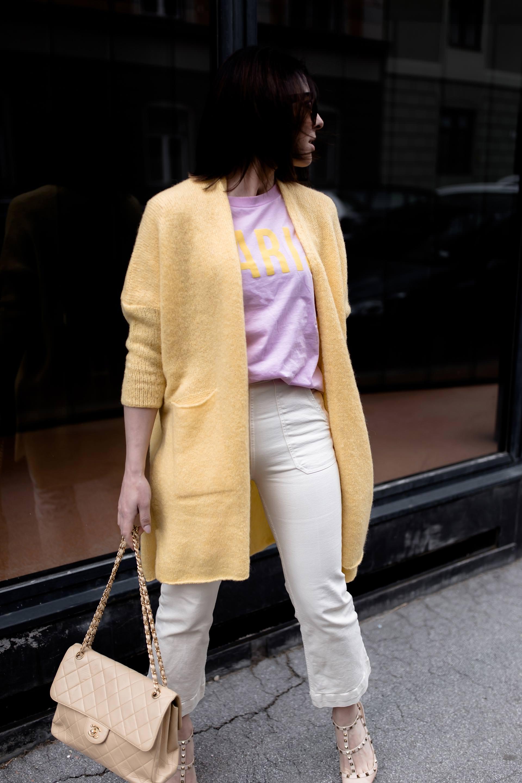 Pastell Outfit kombinieren, Pastellfarben und Pastelltöne stylen, hellgelber Cardigan, rosa mbym Shirt, Valentino Rockstuds, Chanel Double Flap Vintage Bag, Streetstyle, Modeblogger, www.whoismocca.com