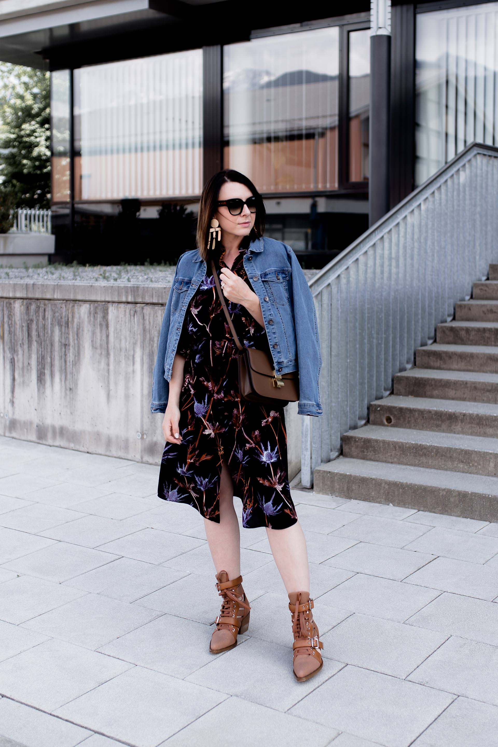 Outfit mit chloé rylee cutout leather and canvas ankle boots, Jeansjacke und Kleid mit Ankle Boots kombinieren, Midikleid Style, Chloé Boots, Fashion Blogger, Mode Tipps, Online Shopping Guide, www.whoismocca.com