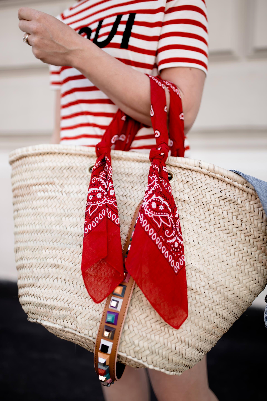 Button Up Skirt, Chloé Boots mit Nieten, Korbtasche mit Guitar Strap, Streifenshirt Outfit, ausgewaschene Jeansjacke kombinieren, Frühlingsoutfit, Frühsommer Styling, Fashion Magazin, Fashion Tipps, www.whoismocca.com