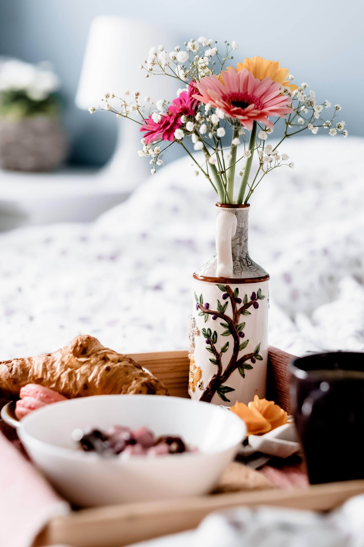 Frühstück im Bett, Einrichtungstipps, gemütliches Schlafzimmer, aufklappbarer Tisch fürs Bett, schöner Betttisch, Interior Magazin, www.whoismocca.com