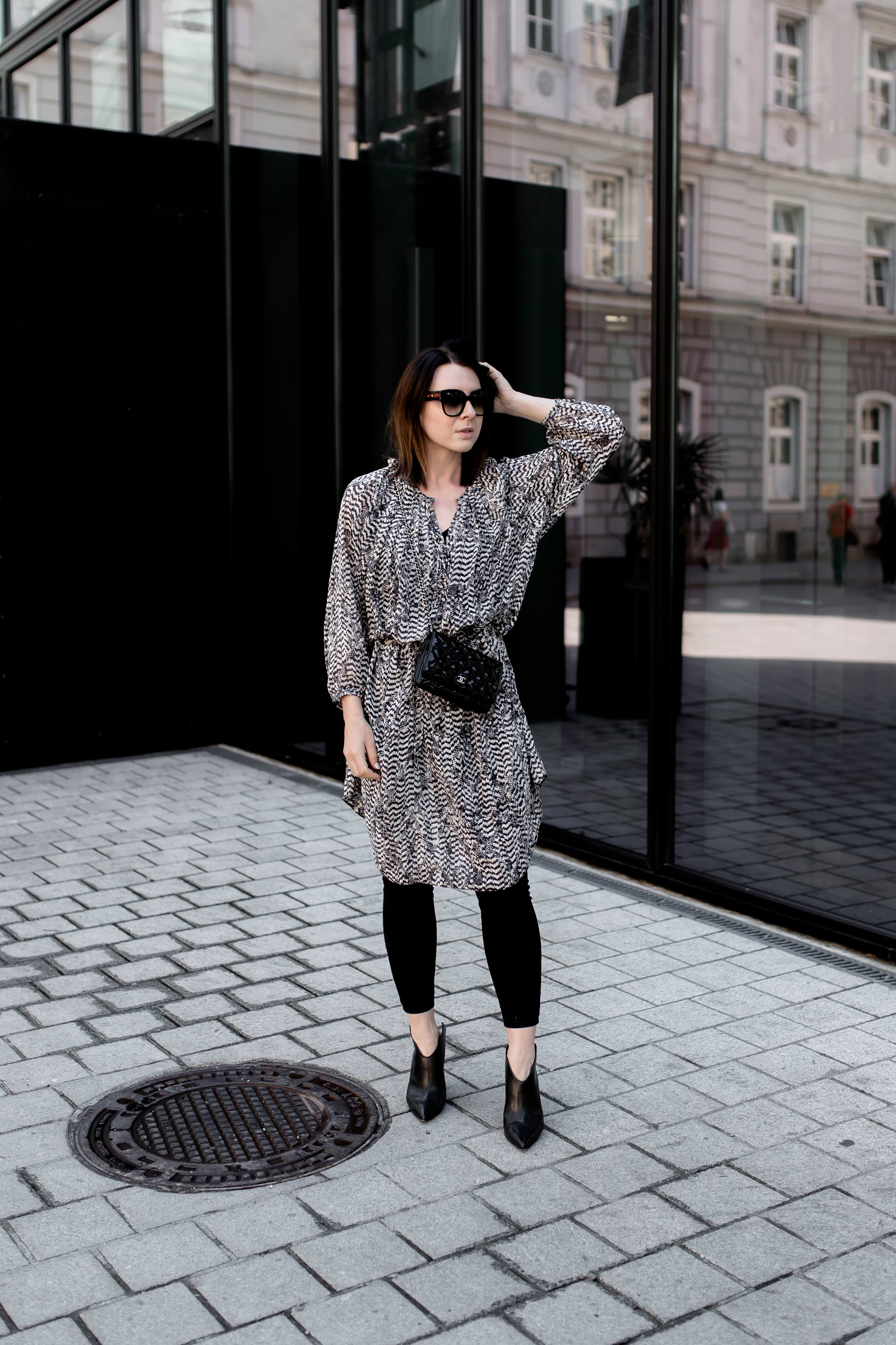 Isabel Marant pour H&M Kleid, schwarze Skinny Jeans kombinieren, Chanel Wallet on Chain Bag, Streetstyle, Frühlings Outfit mit Kleid, Modeblogger, Outfit Ideen, www.whoismocca.com
