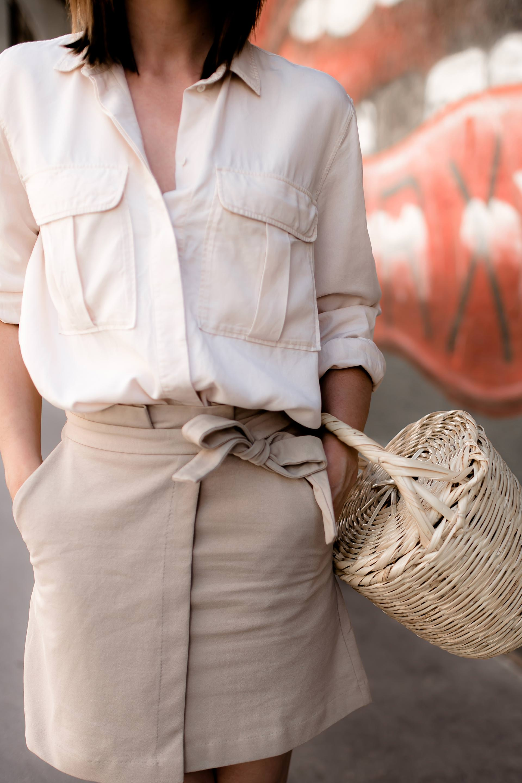 So kombiniere ich meinen Minirock im Alltag mit Hemdbluse und Birkin Basket, Minirock stylen, Outfit Ideen für den Sommer, Outfit Inspiration Minirock, Strohtasche, Korb, High Heels im Alltag, Streetstyle, Outfit of the Day, #modeblogger #ootd #fashiontrends #modetipps #sommertrends #minirock #outfit #birkin #basketbag www.whoismocca.com