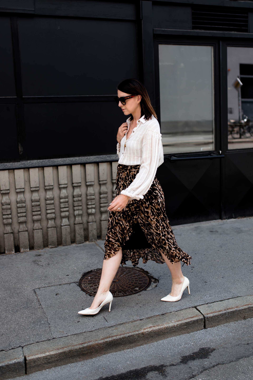 Leopardenmuster im Alltag kombinieren, Wickelrock mit Leo-Print, Midirock mit Volant, Sommer Outfit mit Bluse und Rock, Pumps im Alltag, Leo-Print im Alltag stylen, Streetstyle, Sommermode, Mode Tipps, Styling-Tipps, Fashion Trends, Modeblogger, Fashion Magazin, www.whoismocca.com, #modetipps #fashiontrends #sommermode #outfits #ootd #modeblogger #rock #leomuster #streetstyle #fashion