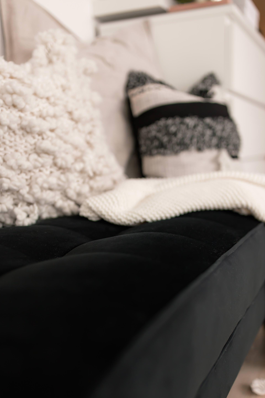 Anzeige, Lounge Ecke einrichten, Ankleidezimmer gestalten, gemütliche Lounge Möbel, Eva Padberg Interior Kollektion, Ankleideraum Design und Ideen, Einrichtungstipps, Wohntipps, günstig gestalten, gemütliche Sitzecke gestalten, Interior Tipps, Samt Hockerbank, goldener Beistelltisch, Vase Marmor Optik, www.whoismocca.com #lounge #wohntipps #ankleideraum #ankleidezimmer