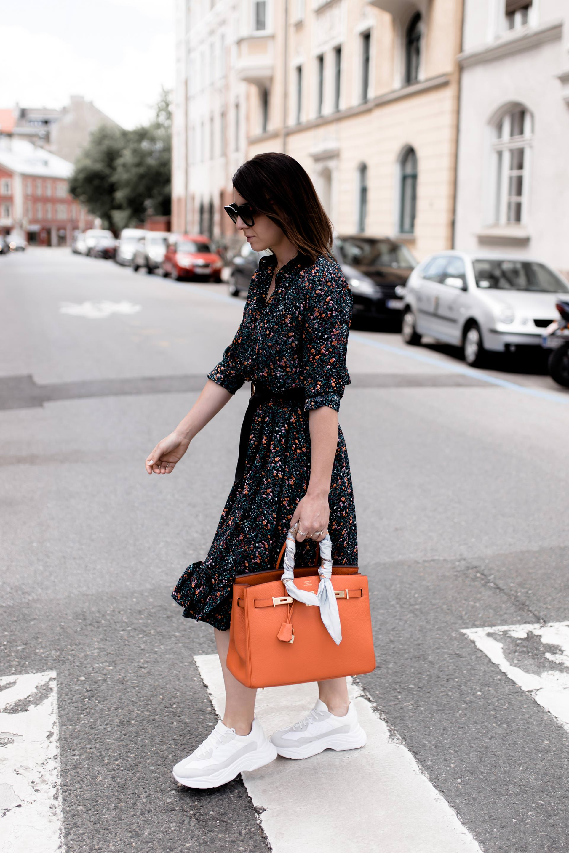 Midikleid und Sneakers kombinieren, Chunky Sneakers zum Kleid, Balenciaga Triple S Look Alike, Hermes Birkin Bag Orange, Streetstyle, Mode Tipps, Sommer Outfit mit Kleid, Midikleid stylen, Fashion Blogger, www.whoismocca.com, #streetstyle #hermes #balenciagatriples #chunkysneakers #mididress #summeroutfit #howtostyle #fashiontrends