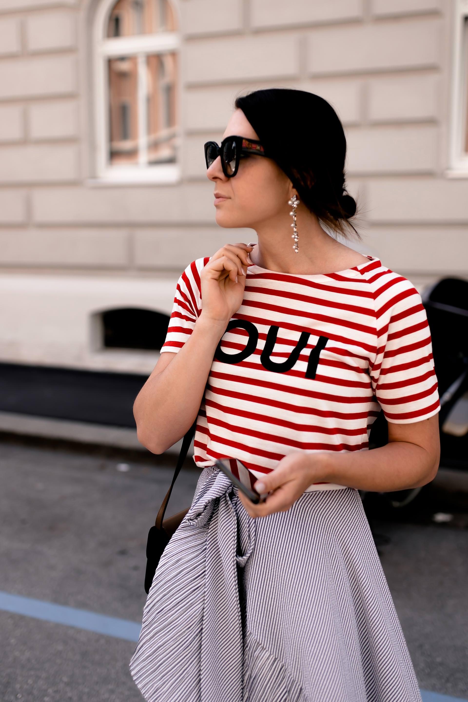 Mustermix Outfit mit Streifen, schönes Alltagsoutfit mit gestreiftem Rock und Shirt, Streifen miteinander kombinieren, Sommer Outfit mit Rock, Outfit of the Day, Sommermode 2018 Damen, Modetrends Damen, Midirock kombinieren, Modeblogger, Mode Tipps, Fashion Magazin, www.whoismocca.com #fashionblogger #summeroutfit #midirock #stylingtipps #modetrends #sommermode #ootd #streetstyle #fashionblogger