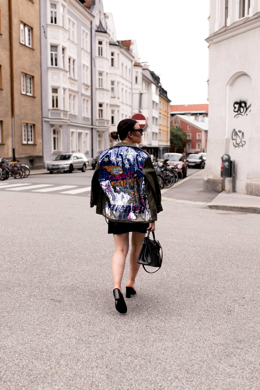 Sommer Outfit mit Lederrock, Parka mit Pailletten, Hermes Kelly Bag, Guitar Strap, Mode und Styling Tipps, Parka für den Sommer, Sommerparka kombinieren, Modeblogger, www.whoismocca.com #ootd #sommeroutfit #modetrends #fashionblogger #kellybag #parka
