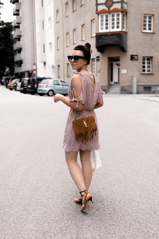 Outfit mit Sommerkleid, Sommer Outfit für den Alltag, Freizeit Outfit Sommer, Outfit Idee mit Kleid und Jeansjacke, Sling Pumps kombinieren, Printkleid stylen, Mode Tipps, Fashion Blogger, Streetstyle, www.whoismocca.com #sommeroutfit #ootd #sommerkleid #modetrends #sommermode #sommertrends #fashion