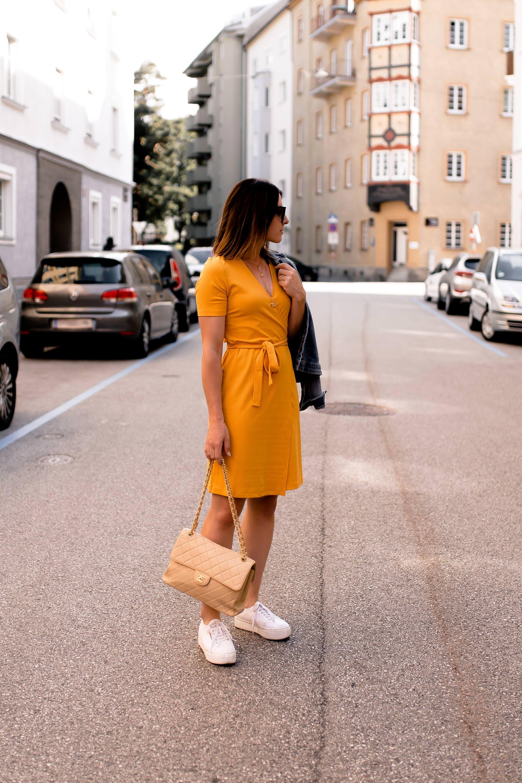 enthält unbeauftragte Werbung, gelbes Kleid kombinieren, Outfit Ideen Sommer, lässige Outfits Sommer, Sommer Outfit kombinieren, Outfit mit Kleid und Jeansjacke, Kleid und Sneakers stylen, Modeblogger, www.whoismocca.com #sommermode #kleid #outfit #frauen #styling #fashion