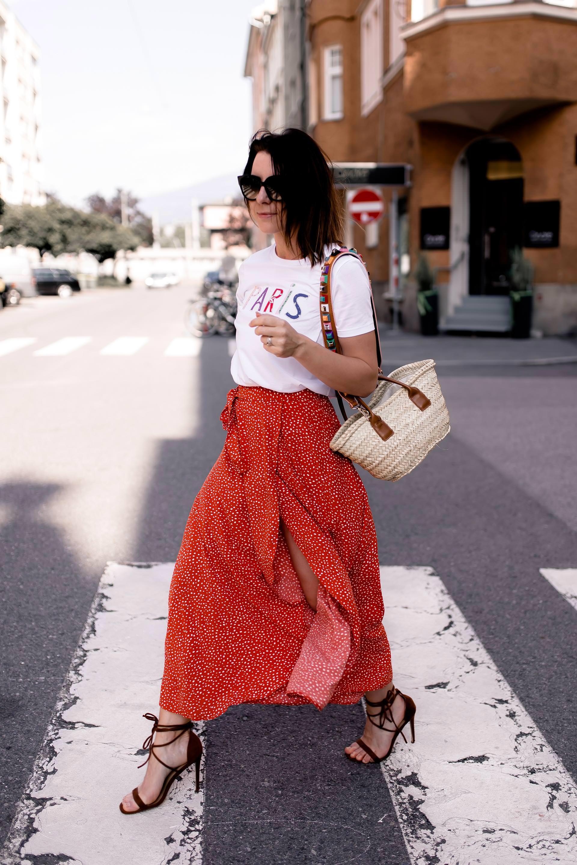 enthält Werbung ohne Auftrag, Wickelrock stylen und kombinieren, Sommer Outfit mit Rock, Korbtaschen mit Lederhenkel, Guitar Straps, Bag Straps, Paris Shirt, High Heels im Alltag tragen, Sommer Streetstyle in Innsbruck, Sommer Outfit Idee für Frauen, Alltagsoutfit mit hohen Schuhen, Wickelrock Trend, Modeblogger, www.whoismocca.com #sommermode #sommertrends #korbtasche #streetstyle #outfit #ootd #wickelrock