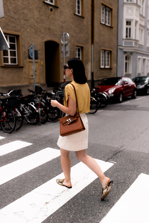 enthält unbeauftragte Werbung. Outfit mit Minirock, Mode Farbe Gelb, Trendfarben 2018, Minirock kombinieren, Modetrends Sommer 2018, Sommermode, Mode Tipps, Sommer Outfit, Gucci Princetown Slipper Streetstyle, Moschino Redwall Tasche, gelbe Zara Bluse kombinieren, Modeblogger, Fashion Magazin, www.whoismocca.com #sommermode #minirock #streetstyle #mode #fashion #ootd #gucci