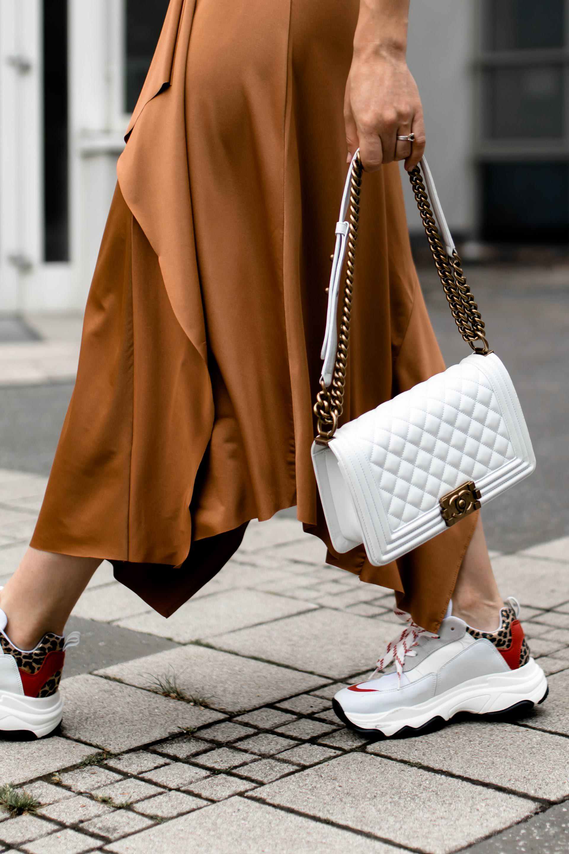 enthält unbeauftragte Werbung, Chunky Sneakers Trend, Dad Sneakers stylen, Ugly Trainers kombinieren, Sommer Outfit mit Midirock, Alltagsoutfit mit Rock und Sneakers, Chanel Boy Tasche, Streetstyle, Modeblogger, www.whoismocca.com #chunky #sneakers #sommermode #ootd #modetrends #chanel