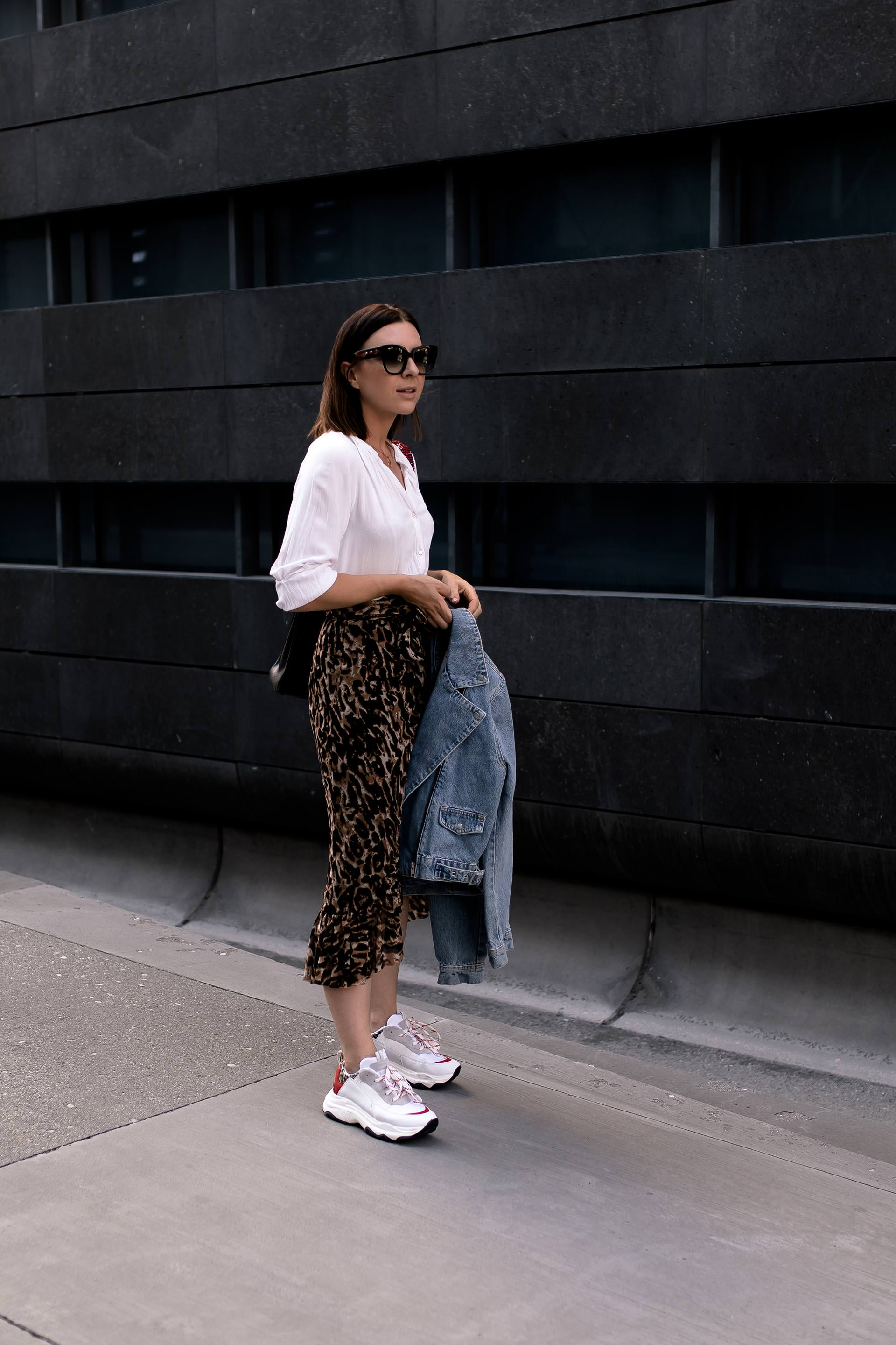 enthält unbeauftragte Werbung.Leo Print kombinieren, how to style leopard print, how to wear, how to style, leopardenmuster kombinieren, leopard print styling, styling tipps, mode tipps, ist leomuster noch in, leo print outfit, outfit idea, outfit mit leo muster, Spätsommer Outfit, Modeblogger, Fashion Magazin, Chunky Sneakers, Hermes Kelly Bag, www.whoismocca.com #kellybag #hermes #chunky #ootd #herbstmode #styling #leoprint