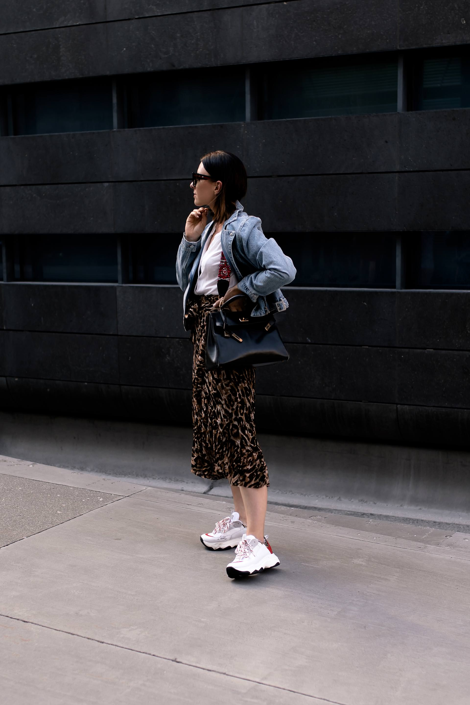 enthält unbeauftragte Werbung. Leo Print kombinieren, how to style leopard print, how to wear, how to style, leopardenmuster kombinieren, leopard print styling, styling tipps, mode tipps, ist leomuster noch in, leo print outfit, outfit idea, outfit mit leo muster, Spätsommer Outfit, Modeblogger, Fashion Magazin, Chunky Sneakers, Hermes Kelly Bag, www.whoismocca.com #kellybag #hermes #chunky #ootd #herbstmode #styling #leoprint