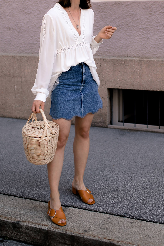enthält unbeauftragte Werbung, Jeansrock Outfit im Sommer kombinieren, Jeansröcke stylen, Birkin Basket kaufen etsy, Jeansrock welche Schuhe, Jeansrock welches Oberteil, Jeansrock mit Wellenkante, Alltagsoutfit, Mode Tipps, Modeblogger, www.whoismocca.com #jeansrock #sommeroutfit #styling #modeblogger #ootd #birkin #mules #sommermode