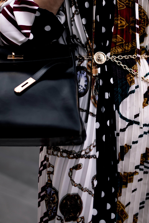 enthält unbeauftragte Werbung, Scarf Print Trend,schal print kleid, Halstuch Muster, Modetrends im Herbst, Herbstmode 2018, was ist im herbst 2018 in, Alltagsoutfit, Herbst Outfit, Herbst outfit mit Kleid, Schalmuster, tuchmuster, outfit Idee, Styling tipps, styling tipps für den alltag, styling tipps für den herbst, Modeblogger, www.whoismocca.com #scarfprint #herbstmode #modetrends #midikleid #hermes #kellybag