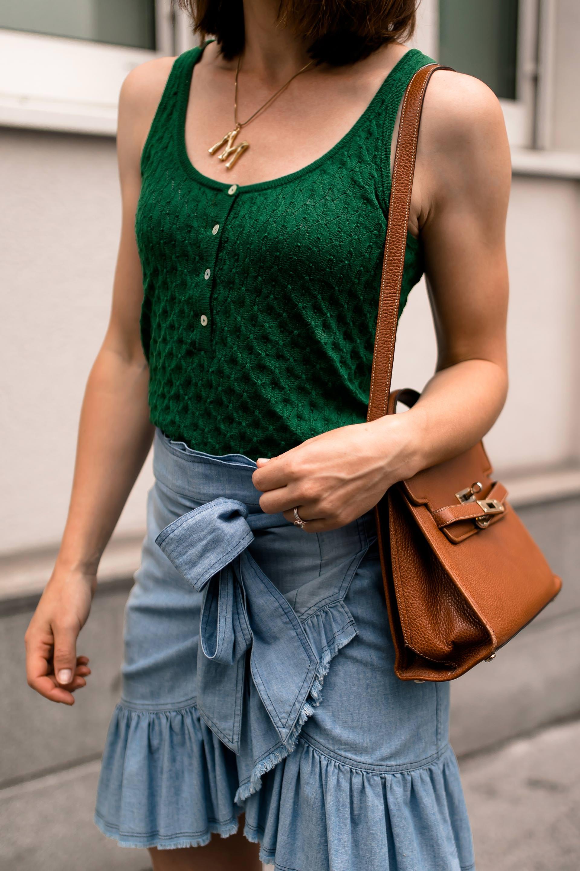 enthält unbeauftragte Werbung. sportlich und schick kombinieren, Sommer Outfit, sportliche schicke outfits Damen, sporty chic style, sporty chic trend outfits, sportlich schick kleiden, sportlich elegante Kleidung im sommer, Mode und Styling Tipps, Fashion Magazin, Isabel Marant Rock, Zara Outfit, Chunky Sneakers Trend, www.whoismocca.com #chunky #wickelrock #modetrends #sporty #chic #moschino #sommermode