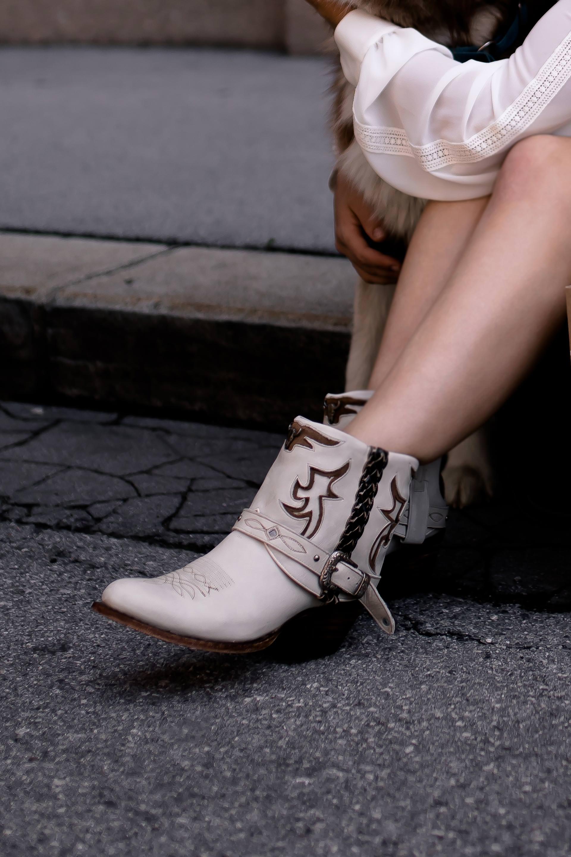 enthält unbeauftragte Werbung. Western Boots kombinieren, Cowboy Boots stylen, Cowboy Boots Style Guide, Modetrends Sommer Herbst 2018, Western Boots kaufen, Fashion Trends, Cowboystiefel kombinieren, Styling Tipps, was ist 2018 modern, wie kombiniere ich Cowboystiefel, Fashion Blogger, www.whoismocca.com #cowboyboots #westernboots #stylling #sommermode #herbstmode #modetrends