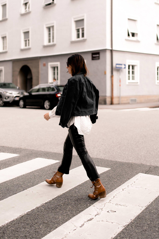 enthält unbeauftragte Werbung, Herbst Outfit mit Lederhose, Outfit mit Jeansjacke, Gürteltasche kombinieren, Gürteltaschen Trend 2018, Lederhose kombinieren, Kick Flare Hose, Herbst Outfit Idee, Alltagsoutfit, Chloe Rylee Boots, Michael Kors Gürteltasche, Modeblogger, Styling Tipps, www.whoismocca.com #beltbag #chloe #herbstmode #outfit #modetrends #lederhose #jeansjacke