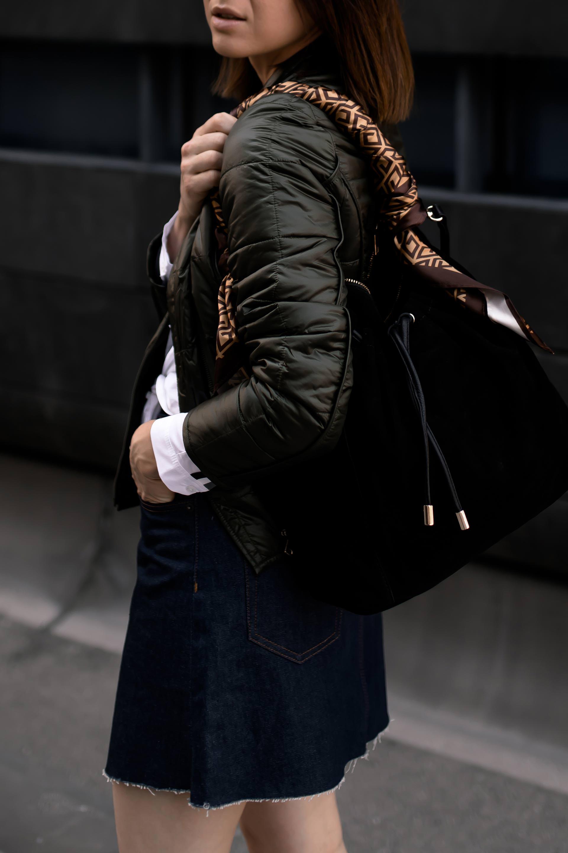 enthält Werbung. Minirock im Herbst, Minirock kombinieren Herbst,Jeans Minirock kombinieren,Minirock Outfit,Herbst Outfit mit Rock, gesteppte Jacke, weiße Boots kombinieren, Mode Tipps, Outfit Idee, Gerry Weber, Jeansrock, Beuteltasche, Streetstyle, Modeblog, Fashion Magazin, www.whoismocca.com #jeansrock #minirock #herbstmode #modetrends #herbstoutfit