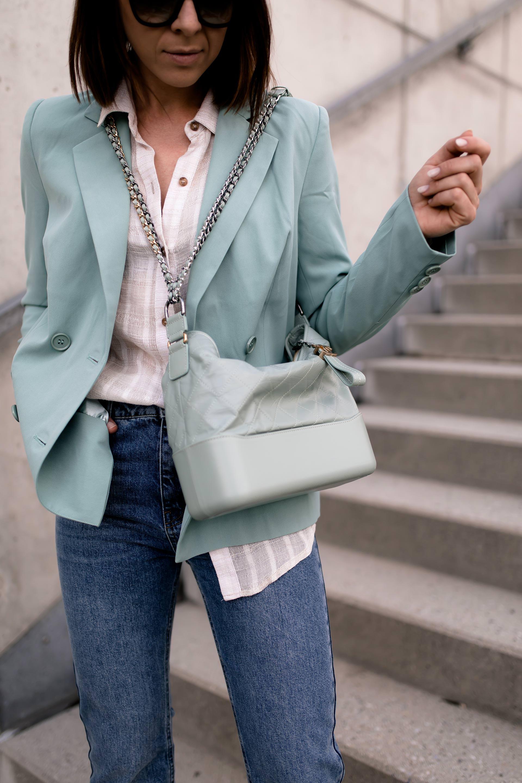 enthält unbeauftragte Werbung. Casual ChicOutfit, Casual Chic Dresscode, Modestile,Outfit zusammenstellen, mintgrüner Blazer, sportlich elegantes Outfit,Alltagsoutfit,Herbst Outfit,Modetrends,Högl Pumps,Outfit Ideen Herbst, Modeblog,Outfits für jeden Tag,Chanel Gabrielle Bag,Chanel Gabrielle Tasche, Mode Tipps, www.whoismocca.com #casualchic #chanel #gabrielle #blazer #herbstmode #herbstoutfit #modetrends #alltagsoutfit