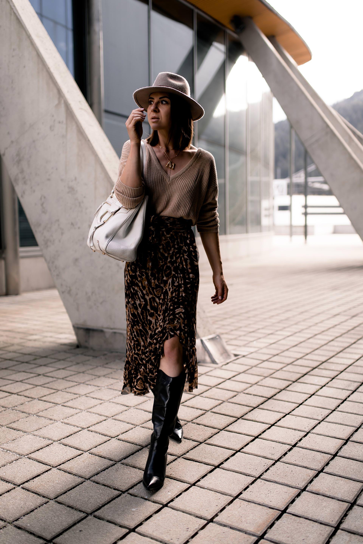 Anzeige.schwarze stiefel zum rock, ebay shopping tipps, western boots trend, cowboy boots trend, westernstiefel kombinieren, western boots kombinieren, leopardenmuster kombinieren, leo rock kombinieren, herbst outfit mit rock, Modeblogger, Mode Tipps, Styling Tipps, styling tipps kleidung, Fashion Blogger, www.whoismocca.com #westernboots #cowboyboots #westernstiefel #herbstoutfit #modetrends #herbstmode #leorock #leopardenmuster #vintage #shopping #ebayfashion #fashion