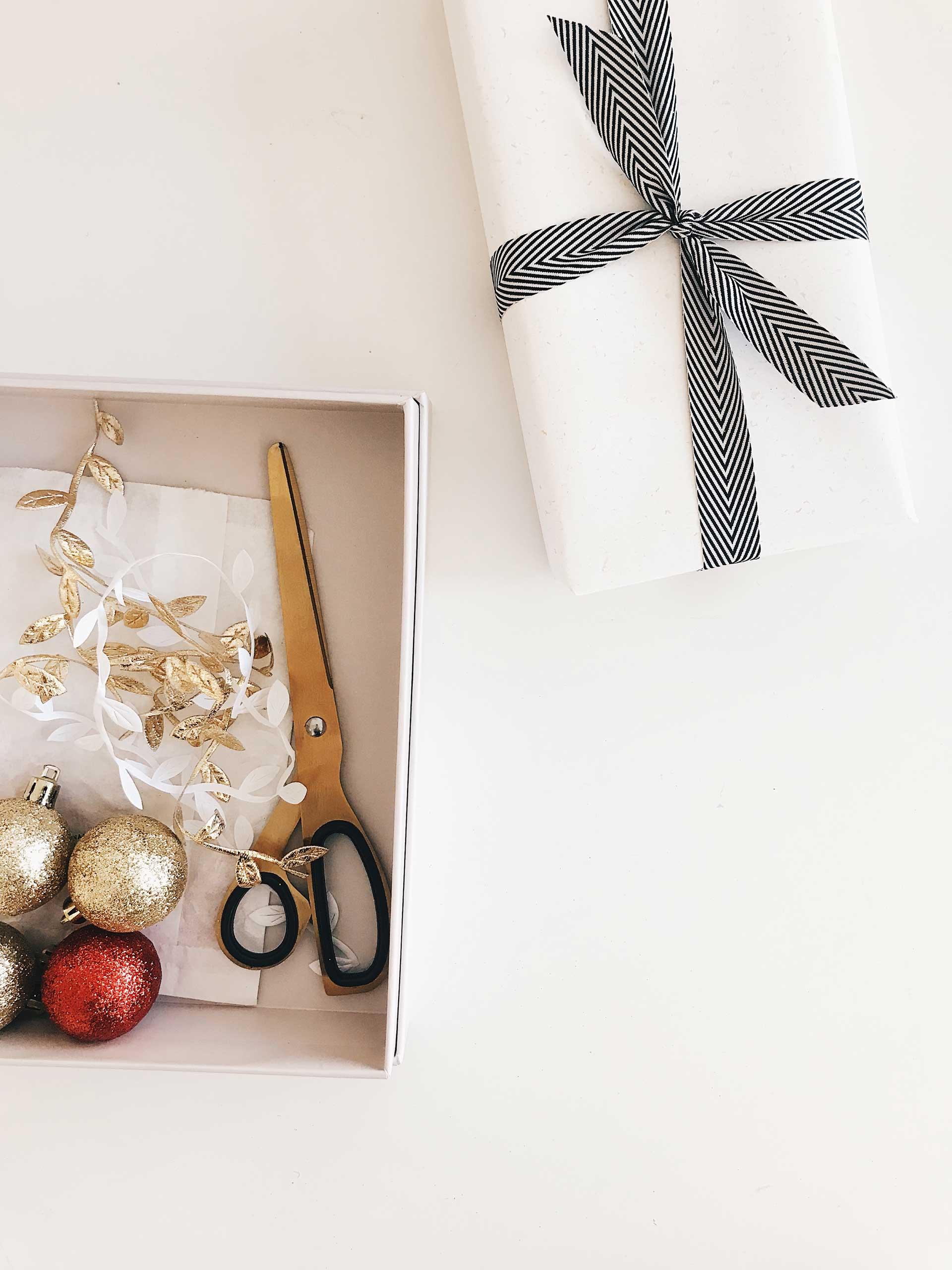 Du bist auf der Suche nach einem Adventskalender für Paare, für Frauen oder Männer? Auf dem Blog findest du 29 schöne Adventskalender für Erwachsene. Außerdem auch DIY-Ideen, wenn du einen Adventskalender selber machen möchtest. Da kann der Advent 2019 kommen! www.whoismocca.com #adventskalender #advent