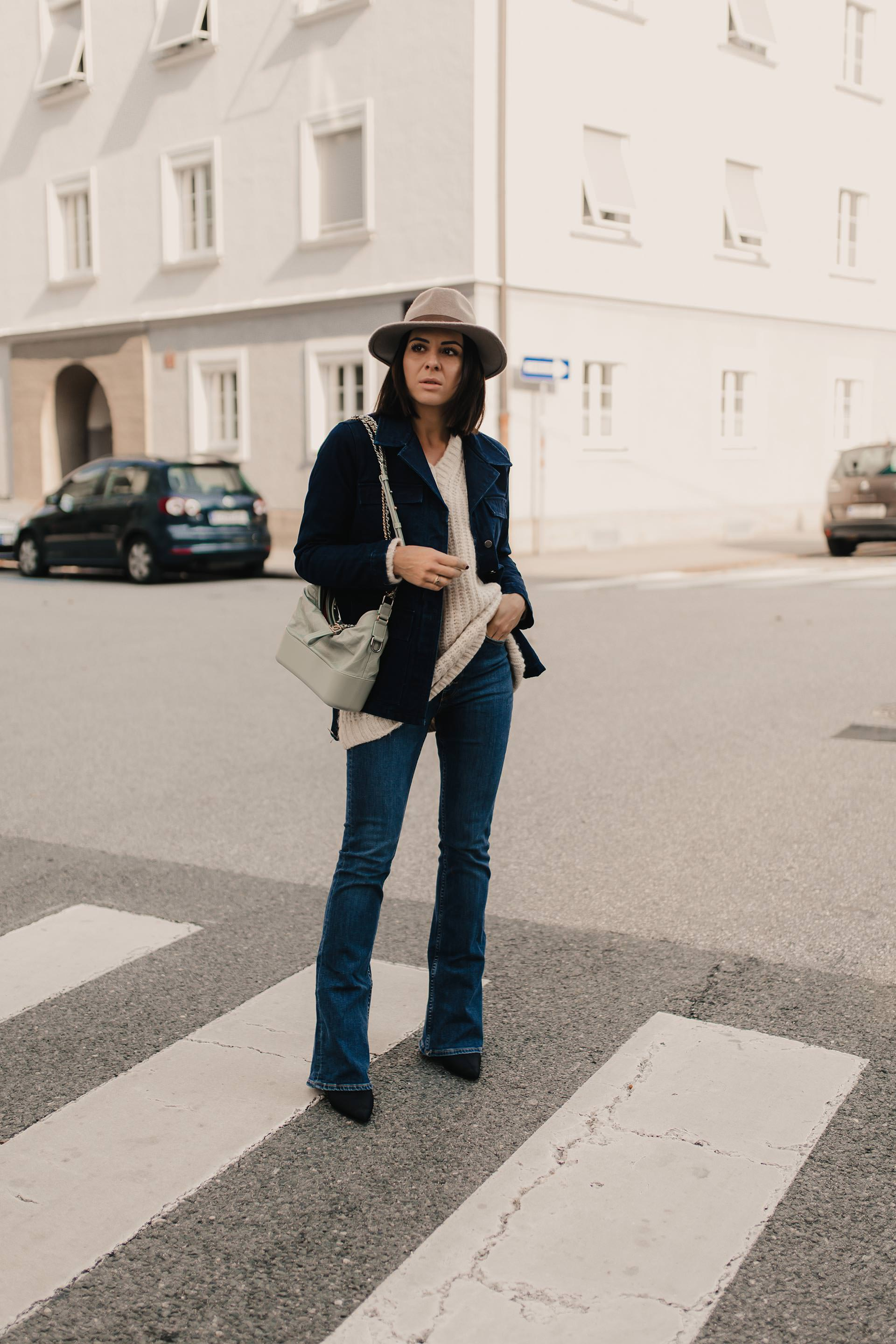 enthält unbeauftragte Werbung. flared jeans kombinieren, flared jeans, flared jeans outfit, bootcut jeans kombinieren, outfit bootcut jeans, bootcut jeans stylen, Herbst Outfit, denim on denim, denim outfit, outfit mit jeansjacke, chanel gabrielle tasche, Modeblogger, Modetrends, www.whoismocca.com #flaredjeans #herbsttrends #outfit #denimondenim #gabrielle #chanel