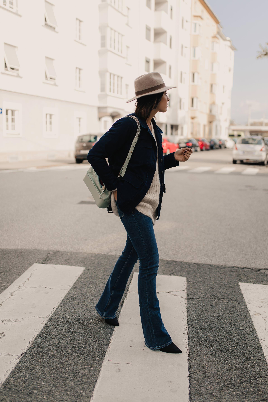 enthält unbeauftragte Werbung. flared jeans kombinieren, flared jeans, flared jeans outfit, bootcut jeans kombinieren, outfit bootcut jeans, bootcut jeans stylen, Herbst Outfit, denim on denim, denim outfit, outfit mit jeansjacke, chanel gabrielle tasche, Modeblogger, Modetrends, www.whoismocca.com #flaredjeans #herbsttrends #outfit #denimondenim #gabrielle #chanel