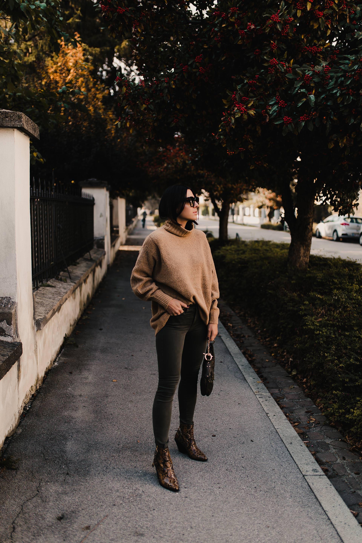 enthält unbeauftragte Werbung. Boots mit Animal Print,Snake boots,Animal print schuhe,stiefeletten animal print,Stiefel mit schlangenprint, Boots mit Schlangenprint, Outfit Idee, Styling Tipps, Modetrends, Herbstmode, Herbsttrends 2018, Streetstyle, Alltagsoutfit, Outfit mit Jeans, Outfit mit Rollkragenpullover, Modeblogger, www.whoismocca.com #herbstoutfit #modetrends #snakeprint #schlangenprint #streetstyle