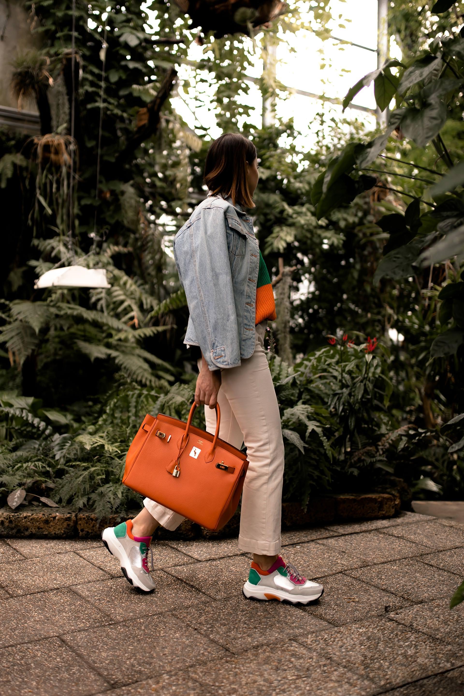 enthält unbeauftragte Werbung. chunky sneakers style, bold stripes, gestreifter pulli bunt, gestreifter pullover, kick flare jeans kombinieren, kick flare jeans, high waist jeans, hermes birkin bag, chunky sneakers, dad sneaker kaufen, ugly trainers trend, Modetrends, Herbstmode, Streetstyle, Hermes Birkin, www.whoismocca.com, #modetrends #chunkysneakers #herbstmode #boldstripes #kickflare #outfit