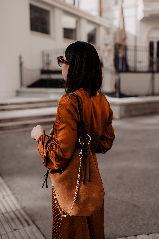 enthält unbeauftragte Werbung. camel kombinieren, camel blocking, camel kleid, camel jacke, lederjacke kombinieren, trendfarben herbst 2018, trendfarben herbst winter 2018/19, trendfarben herbst winter 2019, Modetrends, Mode und Styling Tipps, Alltagsoutfit, www.whoismocca.com #camel #herbstoutfit #falltrends #herbsttrends #modetrends #streetstyle #fashion #midikleid