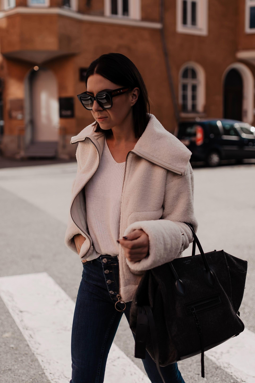 enthält Werbung. flared Jeans kombinieren, Damenhosen mit weitem Bein, damenhosen online kaufen, damenhosen für den herbst, damenhosen für kräftige Oberschenkel, herbst outfit, elisabetta franchi jacke, Alltagsoutfit, outfit mit jeans, Bootcut Jeans stylen, teddy jacke, Styling Tipps, www.whoismocca.com #flared #bootcut #herbstoutfit #streetstyle #herbsttrends #modetrends #teddy