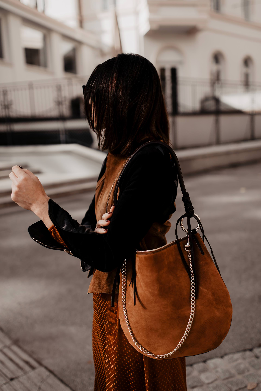 enthält unbeauftragte Werbung. Herbst Outfit, Midikleid kombinieren, Lederjacke kombinieren, Outfit mit Midikleid, Outfit mit Lederjacke, Modetrends 2018/19, Slouchy Boots, Slouchy Boots kaufen, Midikleid Herbst, Midikleid Winter, Outfit Ideen, Trendfarben Herbst 2018, Styling Tipps, Hobo Bag, www.whoismocca.com #herbsttrends #modetrends #wintertrends #slouchy #boots #hobo #lederjacke #midikleid #streetstyle #outfit