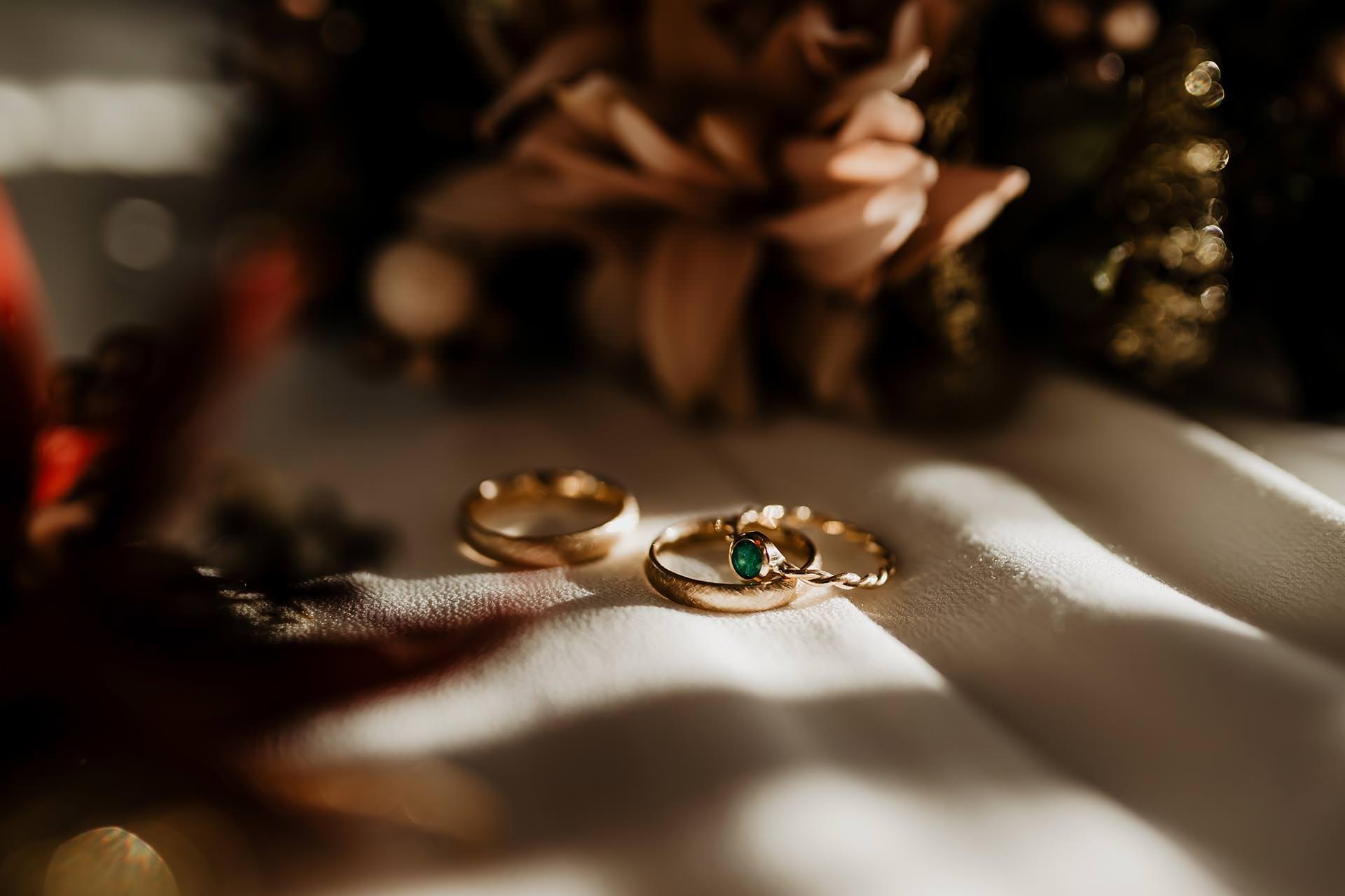 Produktplatzierung. Eheringe individuell gestalten lassen,Boltenstern Goldschmiede, marie boltenstern, Eheringe in gold, Eheringe in 14 karat gold, ansteckring, ring mit smaragd, ring mit grünem smaragd, Trauringe designen, individuelle Eheringe machen lassen, www.whoismocca.com #eheringe #trauringe #herbsthochzeit #wedding #hochzeit