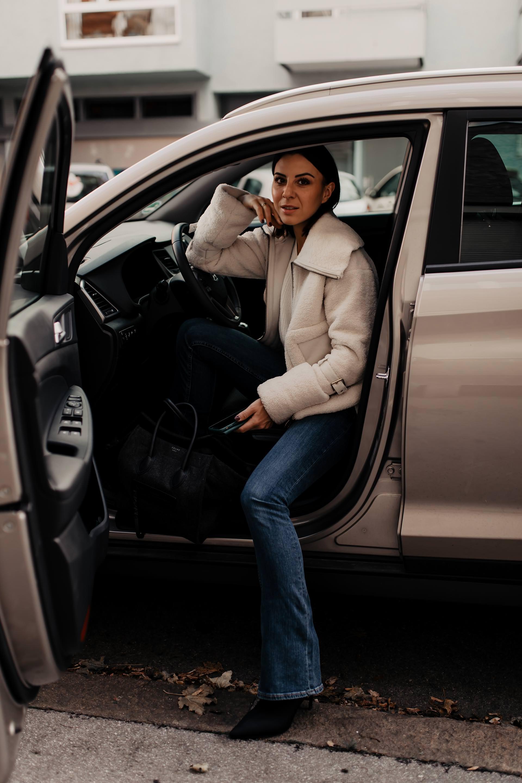 Anzeige. UNIQA SafeLine Autoversicherung die Leben retten kann, UNIQA SafeLine App, UNIQA SafeLine Notfallknopf einbauen lassen, UNIQA SafeLine Erfahrungen, Handy weg vom Steuer, Autoversicherung sparen, Lifestyle Blog, Karriere Blog, www.whoismocca.com #UNIQASafeLine #UNIQA #autoversicherung #handyweg #sicherheit #lifestyle