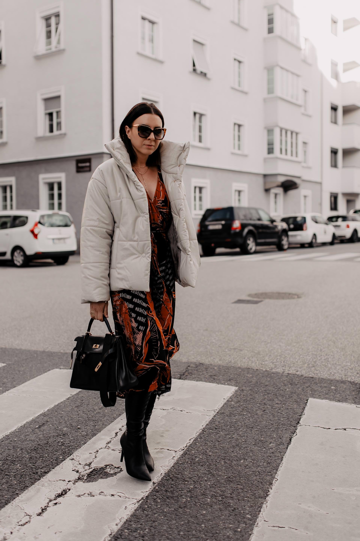 Produktplatzierung. Winter Outfit mit Kleid,outfit für weihnachten,weihnachtsoutfit,festliches kleid,festliches outfit Damen winter,festliches outfit,alltagsoutfit, Styling Tipps, Streetstyle, Hermes Kelly Bag, Nanoushka Pufferjacke, Winter Outfit, www.whoismocca.com #winteroutfit #festlich #weihnachtsoutfit #christmaslook #xmas #hermes #nanoushka