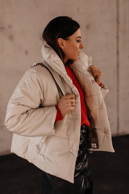 Anzeige. Lederrock kombinieren,mytheresa shopping,Winter Outfit mit Rock, Nanushka Jacke, Nanushka Rock,Winter Outfit inspiration, Lederrock im Winter kombinieren,Modebloggerin, Isabel Marant Nowles Boots,roten Pullover kombinieren, Mode Tipps, www.whoismocca.com, #winteroutfit #nanushka #mytheresa #wintertrends #modetrends #chanel #streetstyle