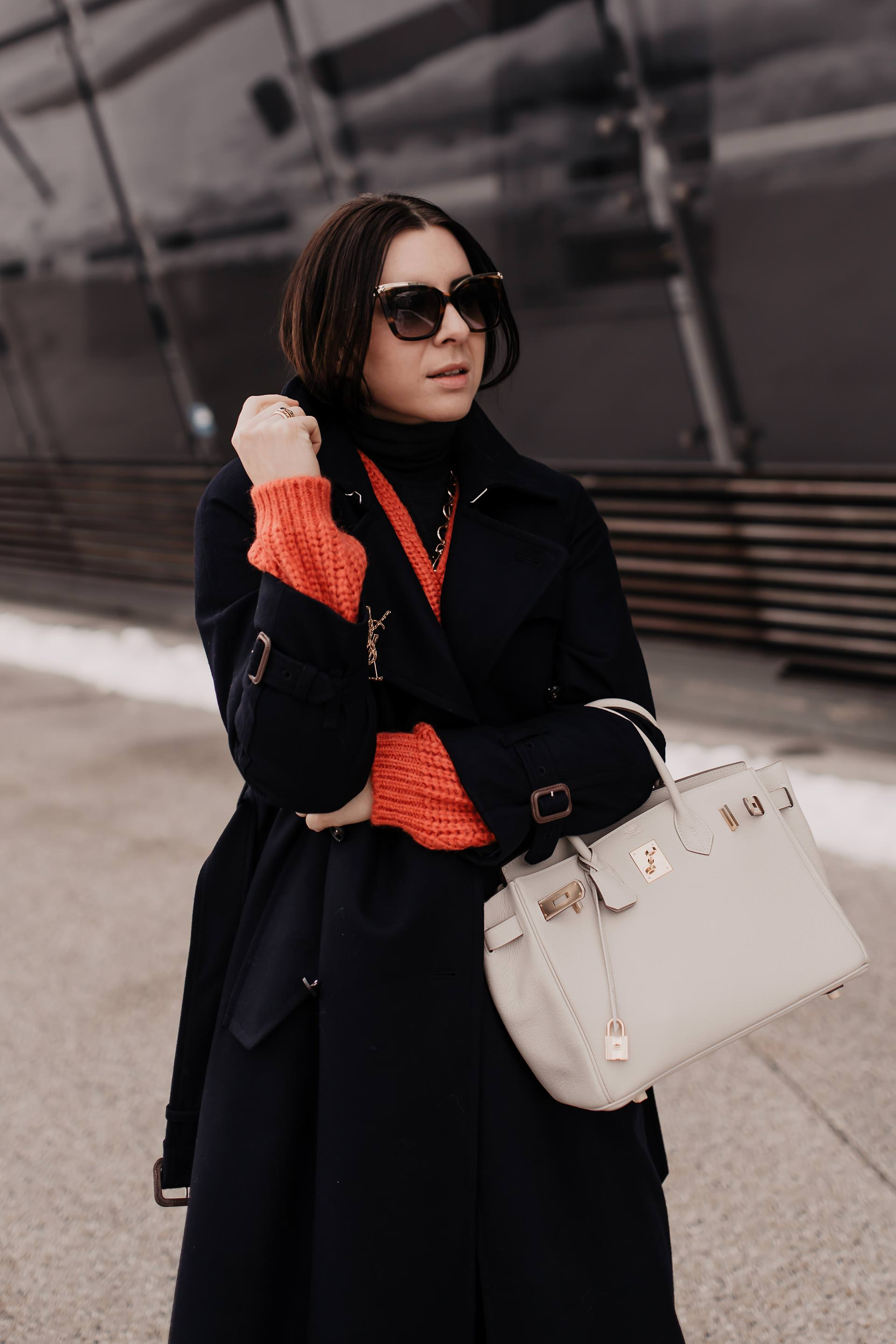enthält Werbung // Winter Outfit, Modetrends 2019, dunkelblauer trenchcoat kombinieren, dunkelblauer Wollmantel, Isabel Marant Sneaker wedges, hermès birkin bag, Closed Strickpullover, living coral, Arket Mantel, Trenchcoat aus Wolle, Trenchcoat für den Winter, Closed Pedal Pusher Historic Indigo Denim Jeans, Fashion Blogger, www.whoismocca.com #trenchcoat #closed #pedalpusher #livingcoral #winteroutfit #modetrends #wintertrends #hermesbirkin