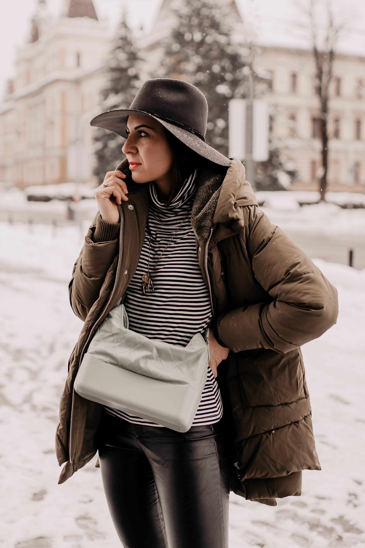 Produktplatzierung // Ideen für warme winter outfits, biker boots kombinieren,Daunenjacke ohne daunen,Pufferjacke,schwarze Lederhose kombinieren,schwarze Lederhose kaufen,Winter Trends 2018/19,Modetrends 2019,Wintermode,warme winter outdoorjacke,Outfit für kalte tage,outfit für kalte wintertage, Mode und Styling Tipps, Fashion Blogger, www.whoismocca.com #wintermode #winteroutfit #modetrends #pufferjacke #lederhose #bikerboots #alltagsoutfit