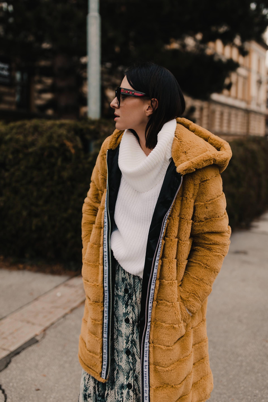 enthält unbeauftragte Werbung. fake fur mantel kombinieren,gelber fellmantel,schlangenprint rock,modetrends 2019,snake print trend,overknee boots kombinieren, schwarze beuteltasche, weißer rollkragenpullover, winter outfit, modetrends winter 2018/19, modetrends 2019 damen, outfit mit midirock, alltagsoutfit, Modeblogger, www.whoismocca.com #fakefur #winteroutfit #snakeprint #modetrends #winteroutfit