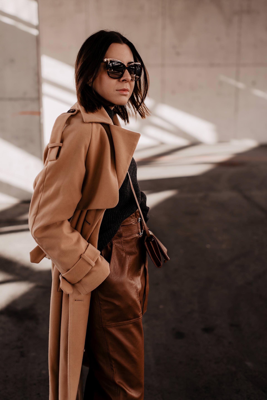 Alltagsoutfit mit High-Waist-Lederhose // enthält unbeauftragte Werbung // outfit mit brauner hose,isabel marant nowles boots,Winter Trenchcoat,Lederhose kombinieren alltag,lederhose kaufen,outfit mit beigen trenchcoat,Frühlings outfit,Outfit Ideen für jeden Tag,Modeblogger, Styling Inspiration, www.whoismocca.com #lederhose #alltagsoutfit #mode #fashionblogger #modetrends